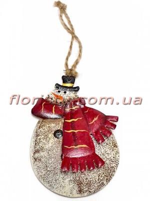 Новогодняя металлическая подвеска на елку Снеговик в красном шарфе 9 см