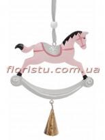 Новогодняя металлическая подвеска Лошадка-качалка светло-розовая 21 см