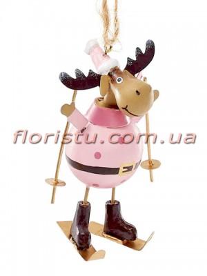 Новогодняя металлическая подвеска Олень на лыжах в светло-розовом 20 см