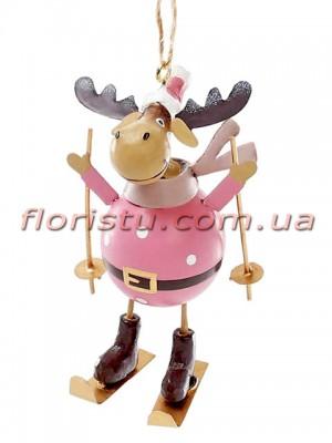 Новогодняя металлическая подвеска Олень на лыжах в розовом 20 см