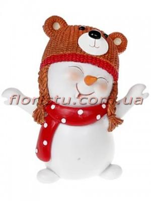 Новогодняя фигурка-подвеска полистоун Снеговик в шапочке-мишке 8 см