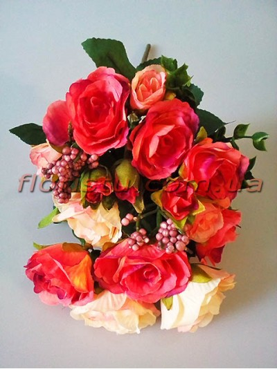 Букет из нежно-коралловых роз с добавками